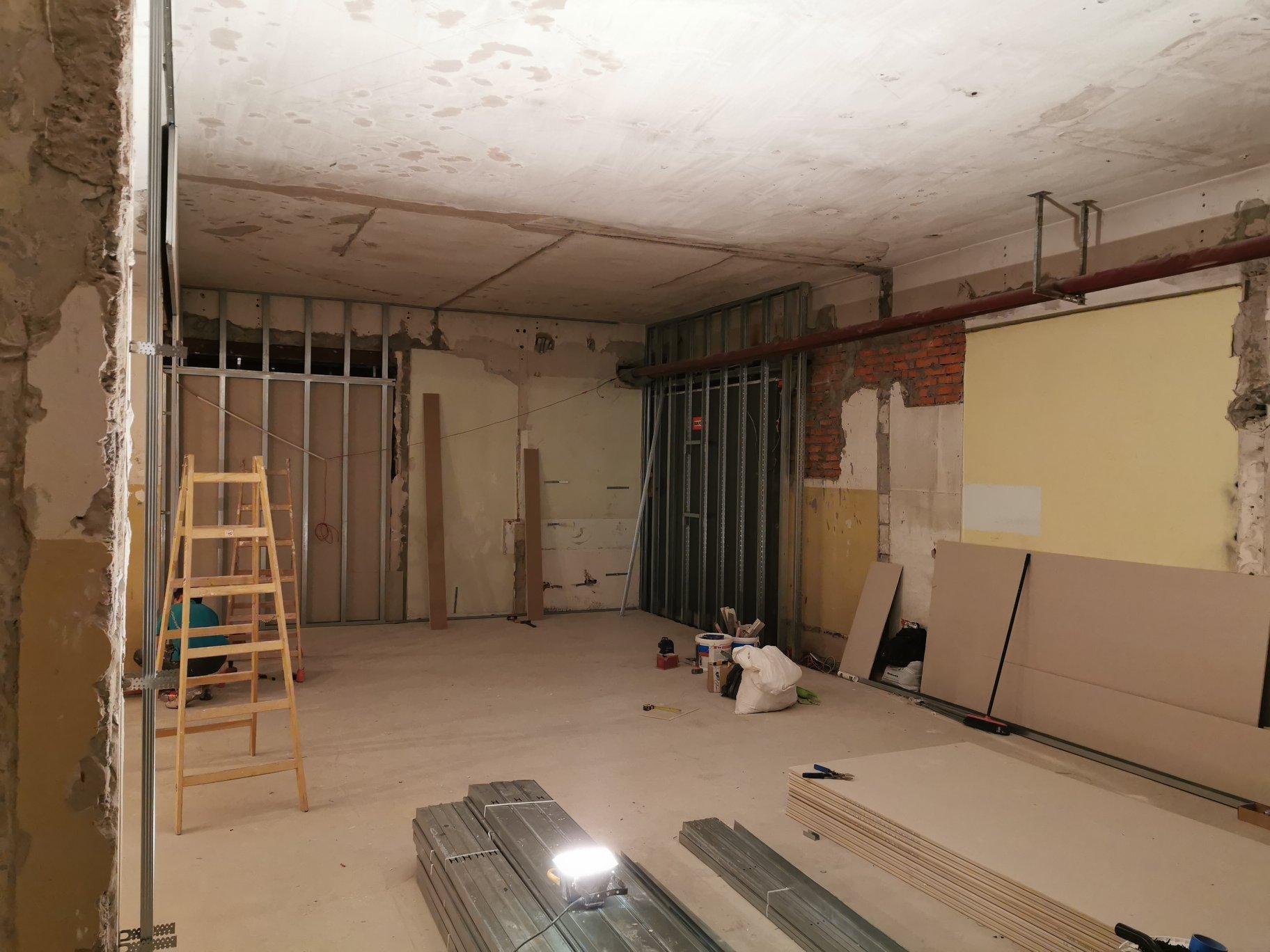 Salon Comfort Plus Podłogi Drzwi Tarasy Drewniane w DOMAR - wykonanie ścian z GK, sufit podwieszany, ściany ozdobne, malowanie, elektryka
