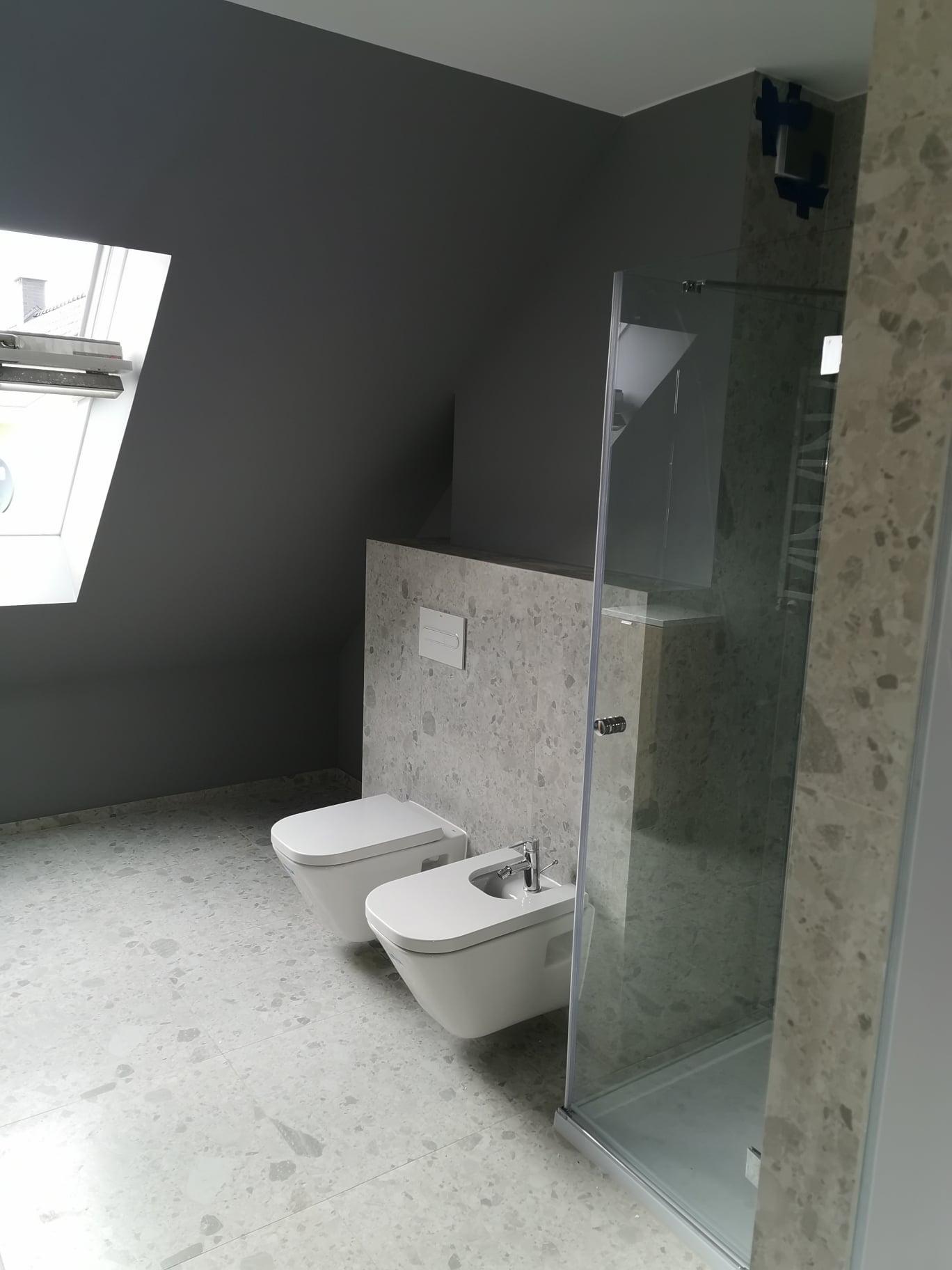 Remont domu wolnostojącego - łazienki, sufity z GK, gładzie